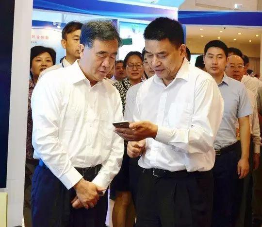 """刘永好围绕新希望在""""互联网+""""现代农业的发展向汪洋副总理进行了系统的阐述"""